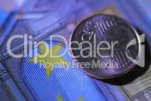 1-Cent-Münze auf 50 Euroschein