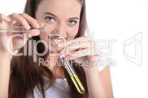 Studentin vermischt zwei Reagenzgläser