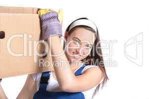 Junge Frau trägt Umzugskarton