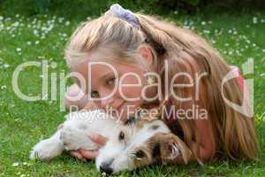 Kind schmust mit Hund