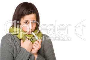 Junge Frau mit einem Fieberthermometer