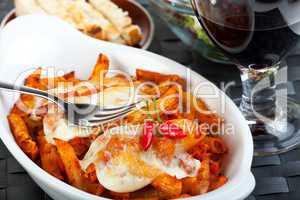 überbackene Rigatoni Nudeln mit Tomatensauce und Käse