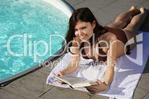 Buch lesen am Pool
