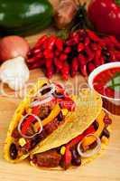 Tortilla gefüllt mit Fleischsauce und Bohnen