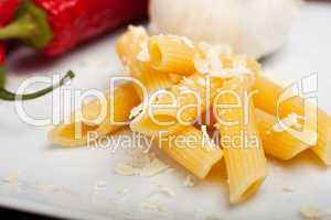 Rigatoninudeln mit Parmesan, Knoblauch und Chili