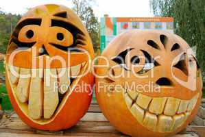 Two grining jack-o-lanterns