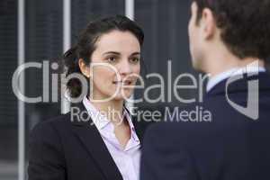 Geschäftsfrau begrüsst einen Bewerber