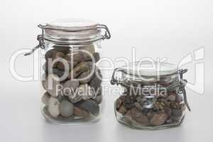 Einmachgläser mit Kieselsteinen