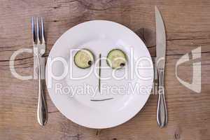 Gemüsegesicht auf Teller - Skeptisch