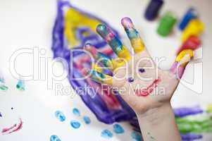 Kleinkind bei der Fingermalerei