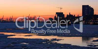 Sonnenuntergang im mit Treibeis bedeckten Hamburger Hafen