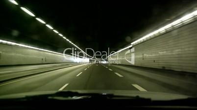 Fahrt durch Tunnel mit Auto
