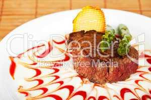 Steaks mit grünem Spargel auf einem weißen Hintergrund