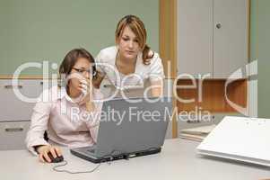 Junge Frauen im Büro