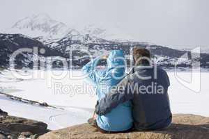 Wander sitzen vor Berglandschaft