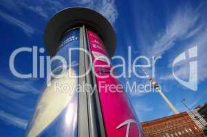 Litfaßsäule mit Fernsehturm Berlin vor dem roten Rathaus