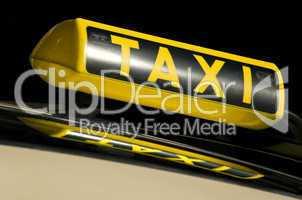 Taxischild auf einem Auto mit Spiegelung