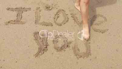 I LOVE YOU, Frau schreibt in Sand