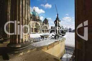 Berliner Dom mit Löwenskulptur