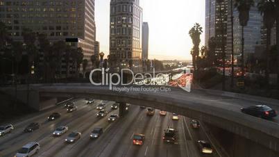 Stadtverkehr in der Dämmerung