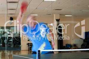 Tischtennisspieler mit Vorhandschlag