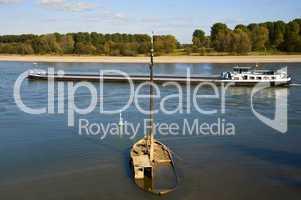 Schiffswrack im Rhein