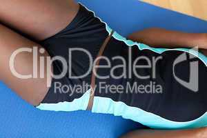 Close-up of an woman in gym clothes doing sit-ups