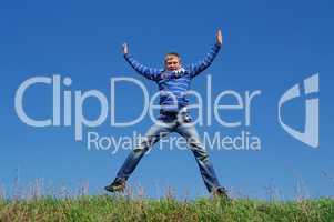 Teenager springt in die Luft vor Freude