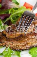 Schweinesteak und gemischter Salat