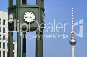 Uhr am Potsdamer Platz mit Fernehturm im Hintergrund