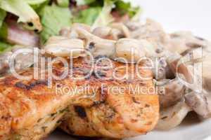 Mariniertes Huhn mit Weißwein-Champignon Soße und grünem Salat