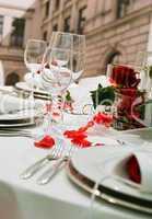 Tisch mit Rosendekoration
