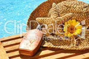 Sonnenöl und Strohhut