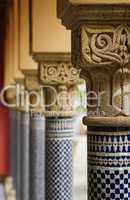 Orientalische Säulen mit Verzierung hintereinander