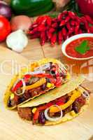 Tacoschalen gefüllt mit Fleisch und Bohnensauce