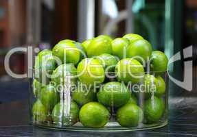 Grüne Limetten in einem Glasgefäß