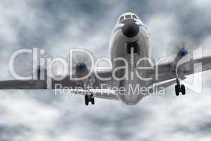 Älteres Passagierflugzeug aus der Froschperspektive