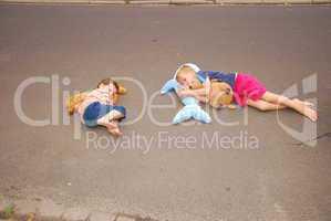 Überall auf der Welt lässt man Kinder auf der Straße herumliegen