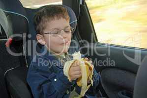 Banane essen im Auto