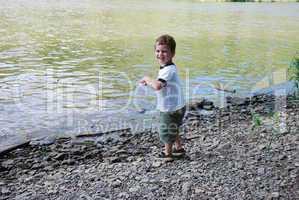 spaß und vergnügen: spielen am Fluss