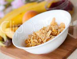 Cornflakes in weisser Schale/ cornflakes in white bowl
