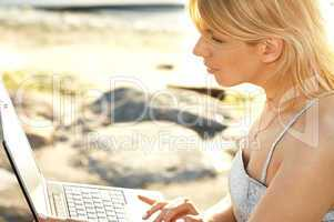 outdoor picture of blond with laptop