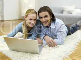 Paar benutzt Laptop