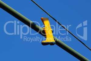 Gelbe Gummistiefel hängen an einem Straßenmast