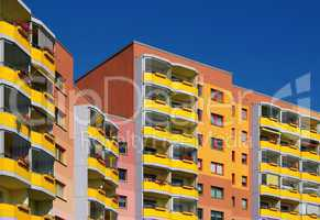 Wohnblock Miethaus in farbenfroher Gestaltung