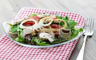 Salat mit Rucola und Pilzen / salad with arugula and fungi