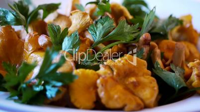 Chanterelle Turning Dish with Herbs - Variant 1