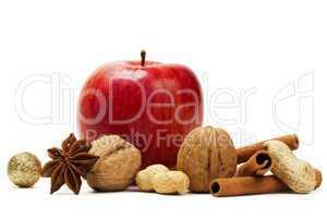 apfel, anis, zimt, nüsse und eine glitter christbaumkugel