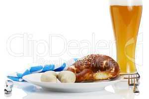 weisswürste mit bier brezel auf einem teller