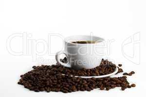 kaffeetasse mit kaffee und bohnen